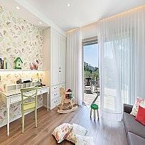 וילונות לחדרי תינוקות בשילוב טפטים, כיסויים וכריות